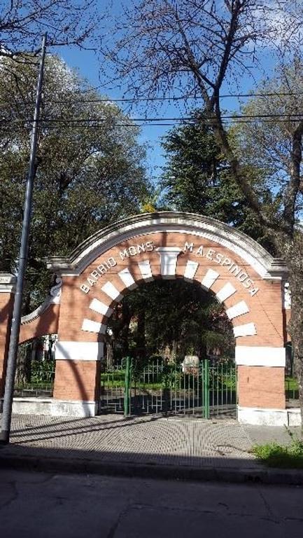 Casa 4 amb. en Barrio Monseñor M. A. Espinosa, al frente con entrada independiente