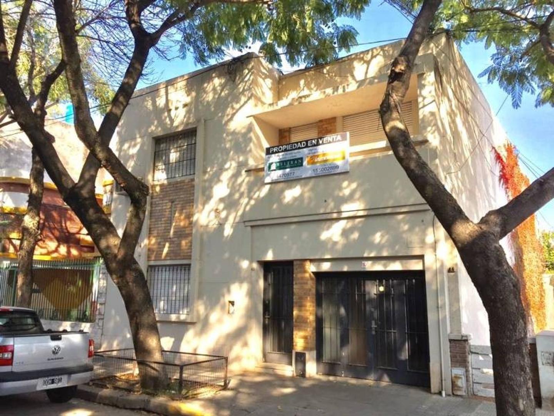 Montevideo 43. 250m² cubiertos aprox. Patio. Pileta. Quincho. 2 plantas.