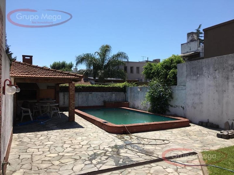 Venta - Saavedra - Casa sobre lote de 8.66 x 30 con pileta
