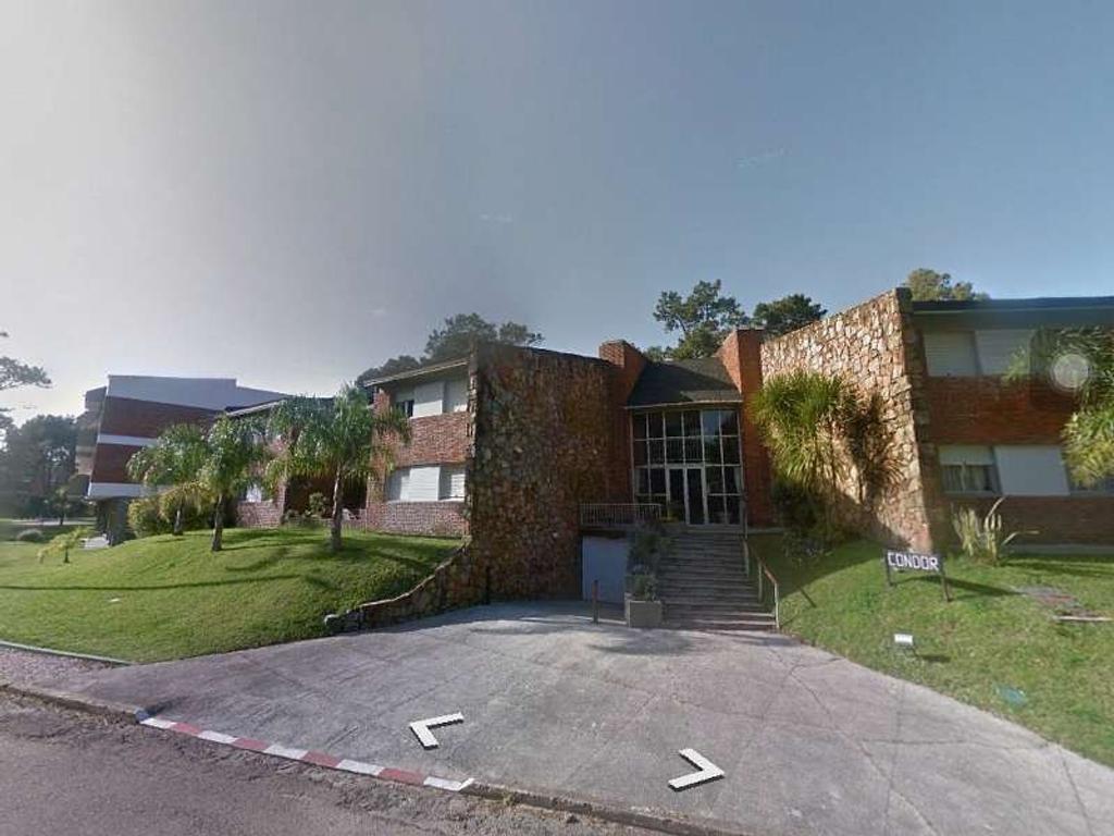Ph. Living/Comedor. 2 dormitorio(s) 1 con placard. 2 baño(s).Habitación de servicio. 1 cocher...