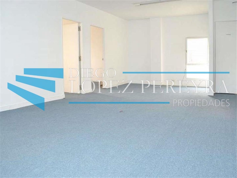 Amplia oficina con tres despachos y sala de reunión, hiper luminosa en piso alto en gran ubicación