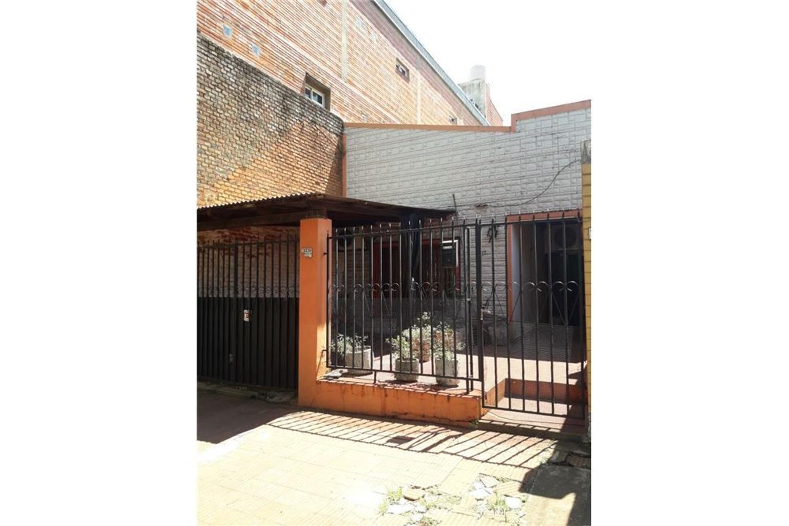 Venta Casa Antigua sobre avenida Roque Perez
