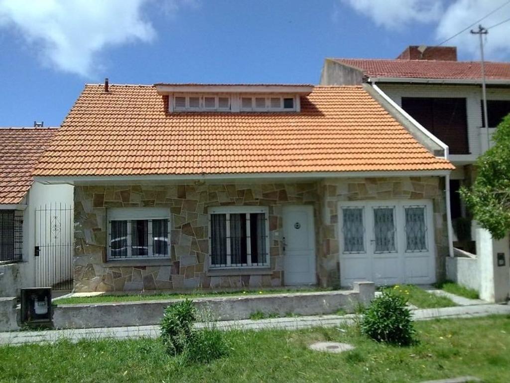 Venta Casa en buen estado 2 dormitorios con Dependencia . Punta Mogotes a metros de Avenida M.BRavo