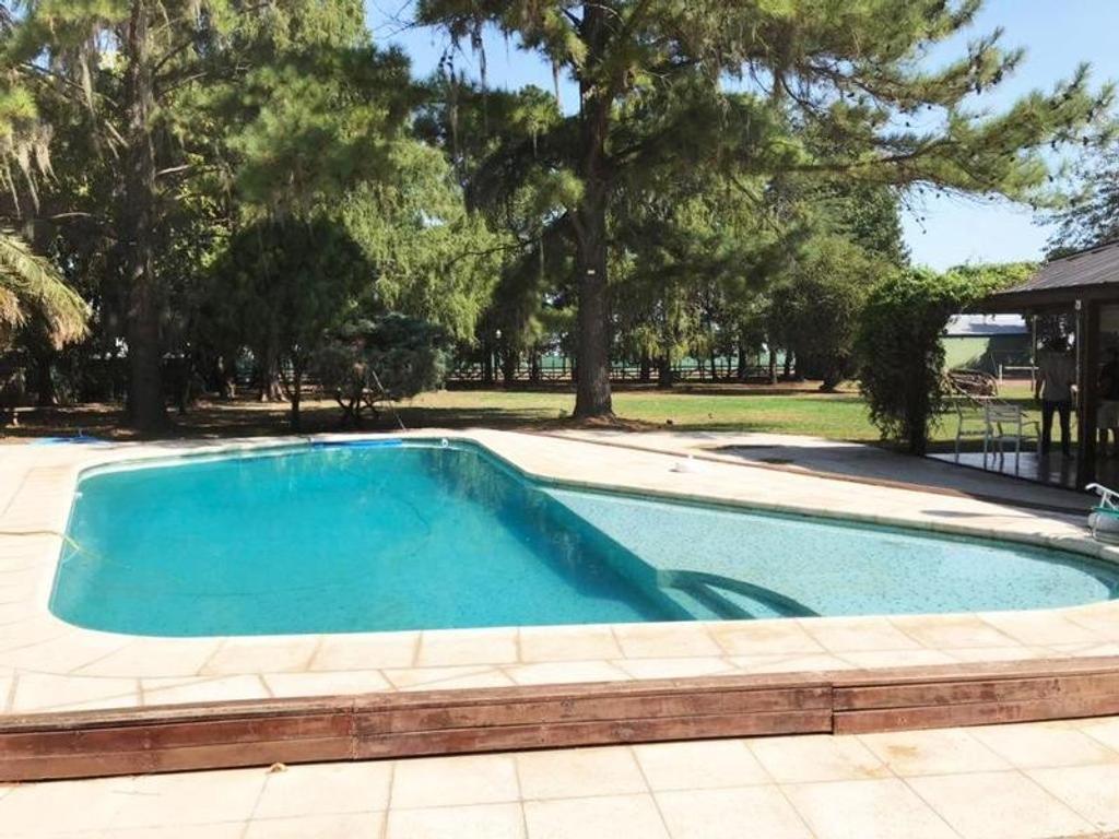 Imponente casa en Funes. Amplio terreno. Jardin con pileta y cancha de tenis.