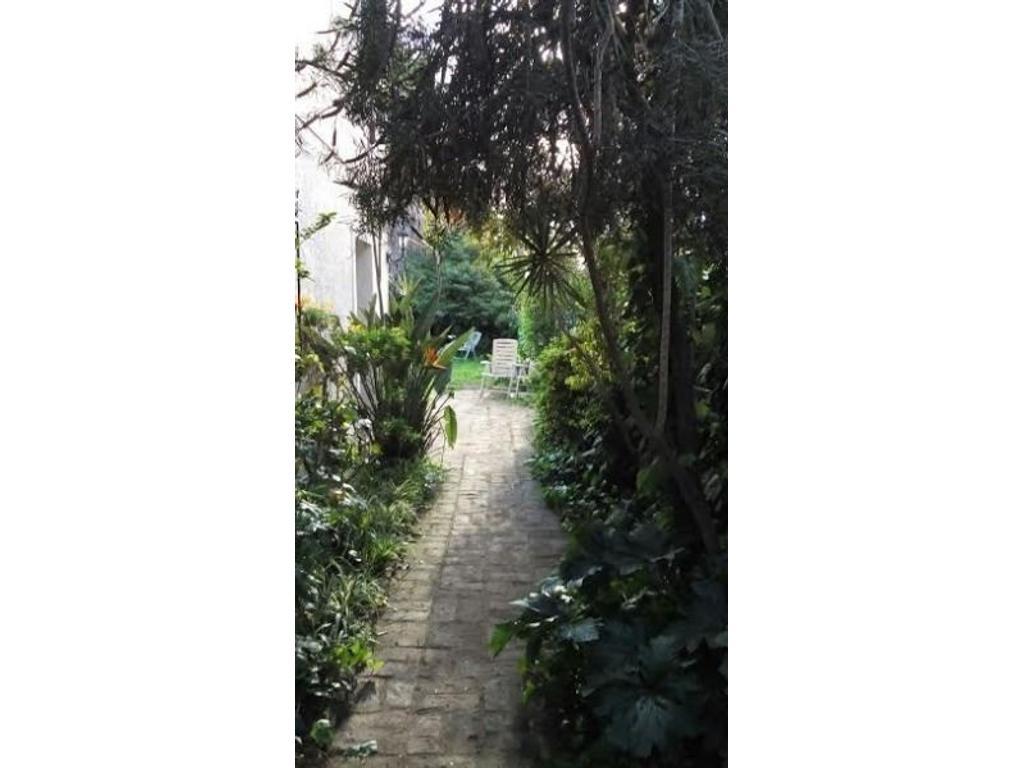 Venta de Hermosa casa de 5 ambientes en Acassuso con jardín y pileta