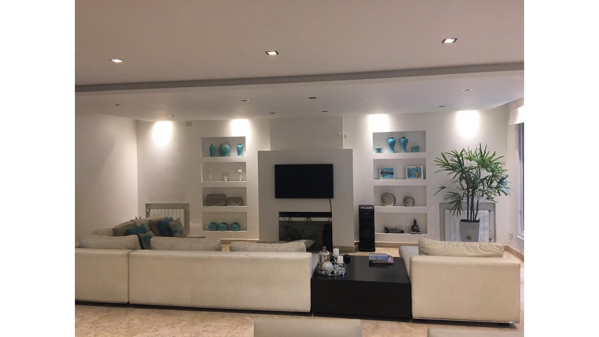 Excelente casa semi nueva de primerisima catagoria muy amplia con piscina en zona residencial