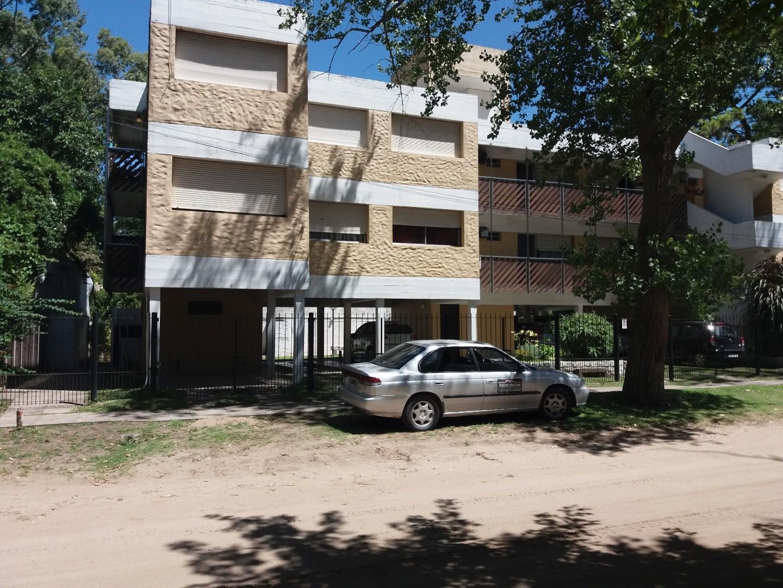 En Venta, departamento de 1 ambiente y medio, Villa Gesell. Excelente ubicacion.-
