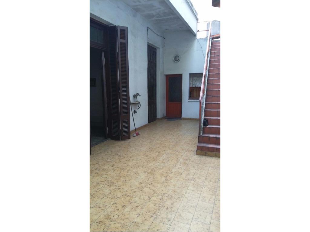 Casa 160 M2 aprox. 4 amb. c/garage. Excel ubic. a mts. de Av. Rivadavia al 9000. APTO CREDITO.