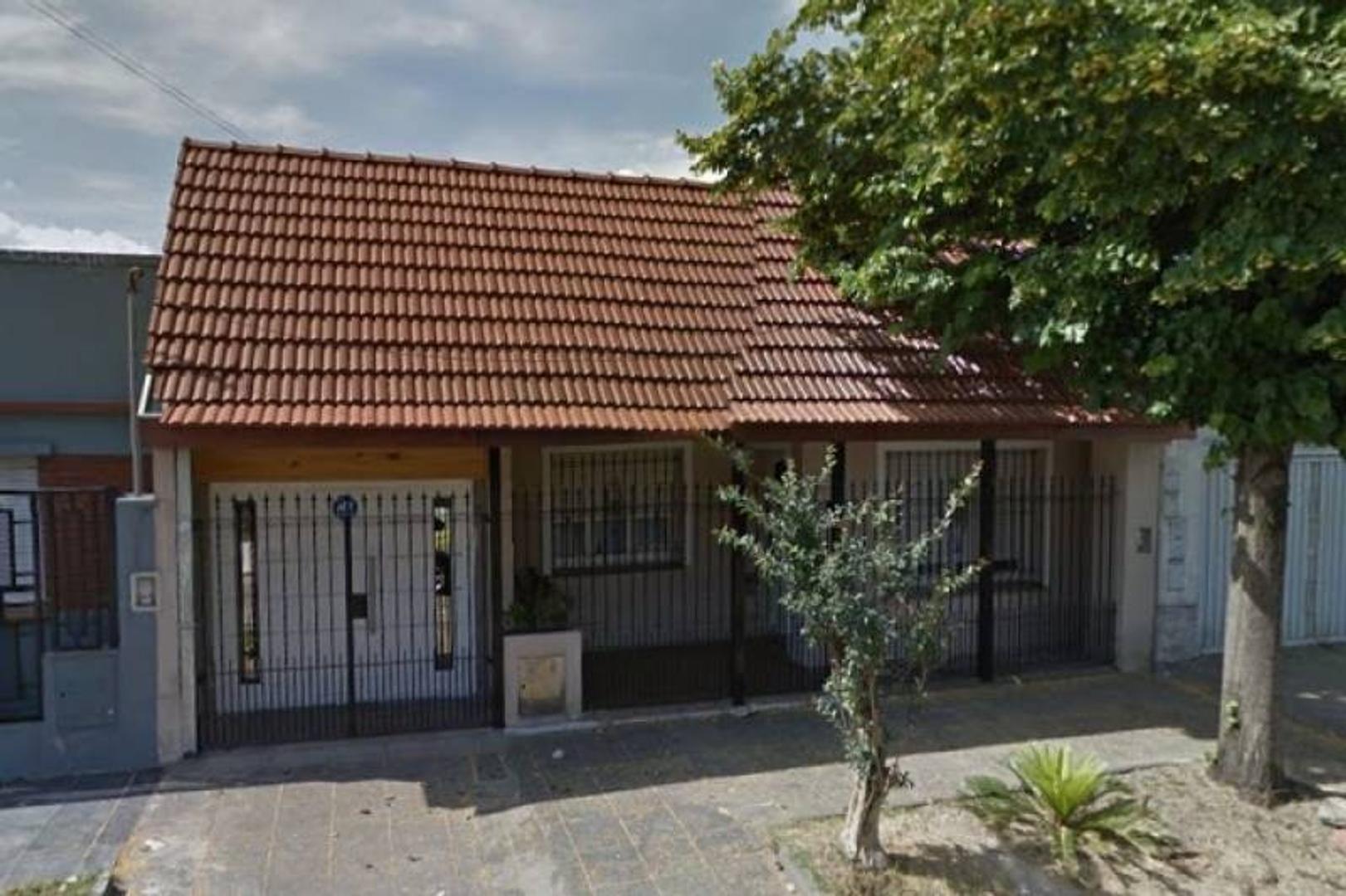 VENTA Excelente casa de 3 amb. En una planta a 3 cuadras de la plaza y 5 de av. Rivadavia.