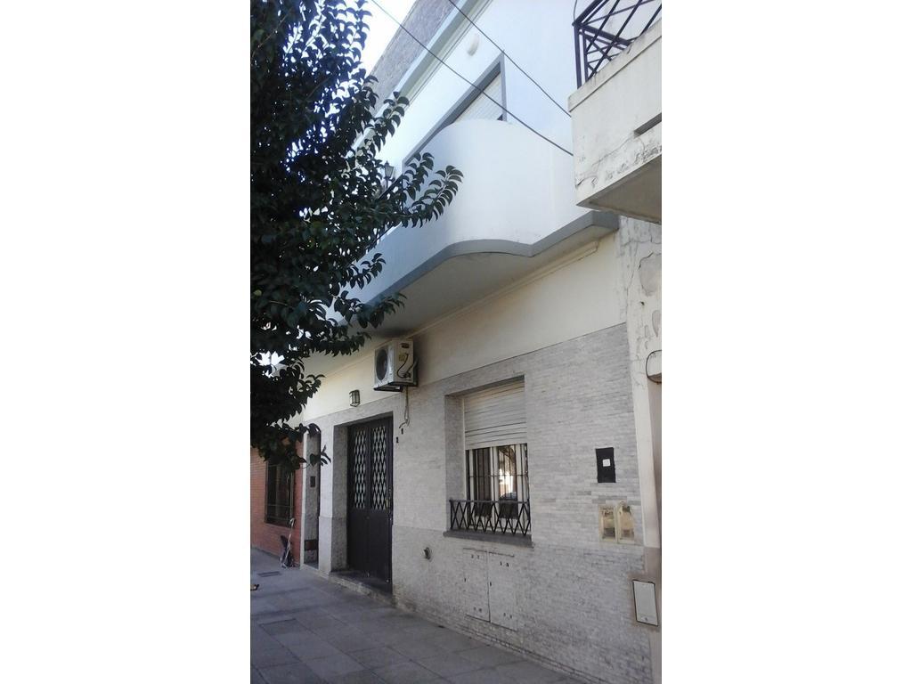 EXCELENTE PISO 4 AMBIENTES CON BALCON CORRIDO, PATIO, TERRAZA QUINCHO Y PARRILLA.