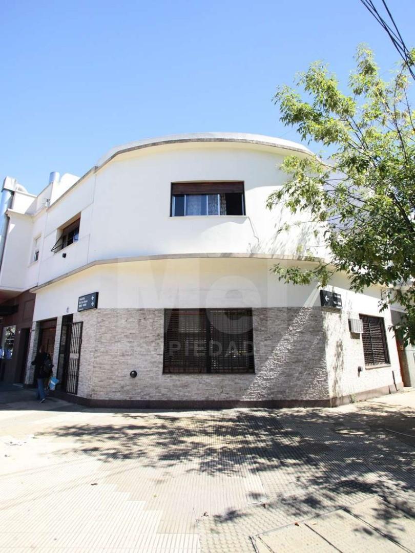 Excelente casa en esquina para Local. Cochera y Sótano.