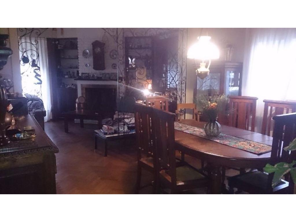 Casa de 4 Amb. con Cochera, Terraza, Patio, Lavadero, Toilette,Hall de Recepción Buena Distribución