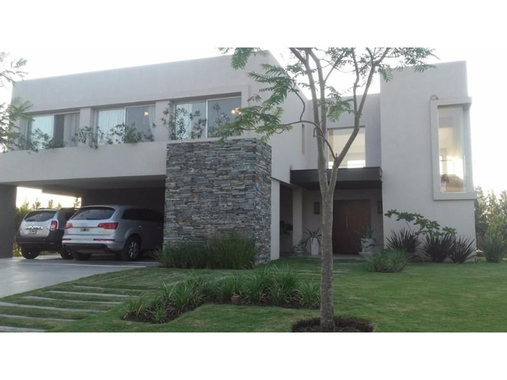 Divina casa en ALQUILER POR 2 AÑOS, en barrio Lagos del golf. 450 m2 sobre el lago