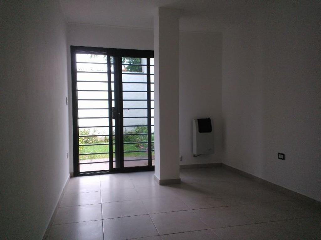 21 entre 37 y 38 1 dormitorios con placard, planta baja con jardín