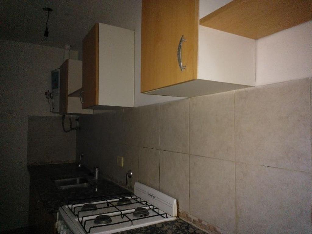 21 entre 37 y 38 1 dormitorios con placard, planta baja con jardín.Se vende ALQUILADO