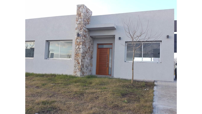 Excelente casa a estrenar, en Club de Campo Santa Rita!