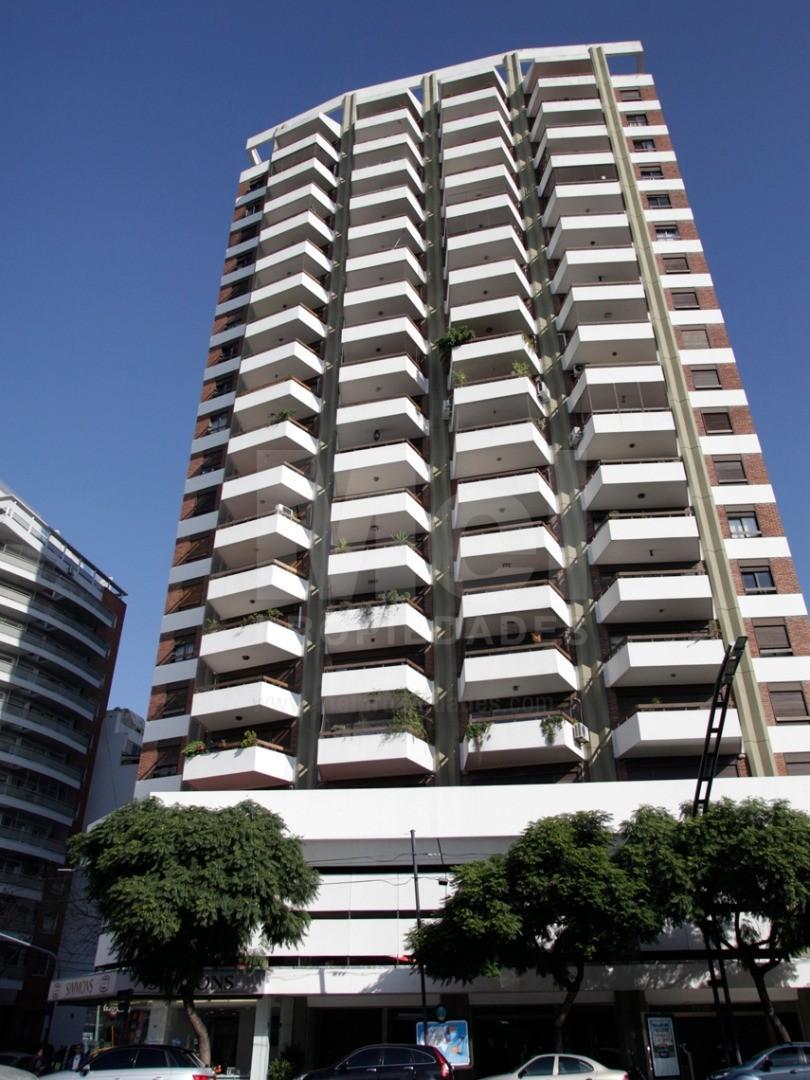 Piso de 4 ambientes ,  y dependencia, con cochera y baulera, sobre Av. Libertador con excelente vist