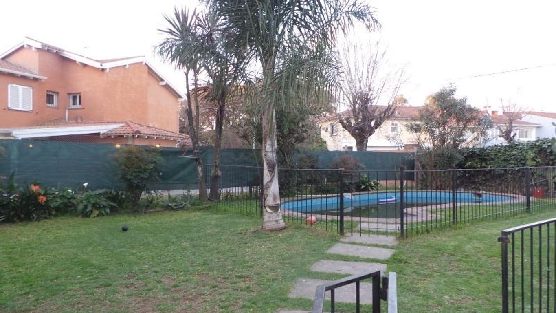 En el barrio másTRANQUILO y SOLEADO de CABA, gran casa con hermoso jardín y pileta