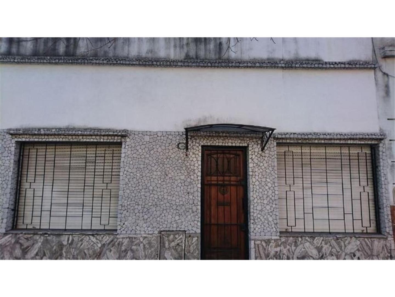 VENDO  CASA DE TRES AMBIENTES A REFACCIONAR CON AMPLIA TERRAZA,BUENA UBICACION.