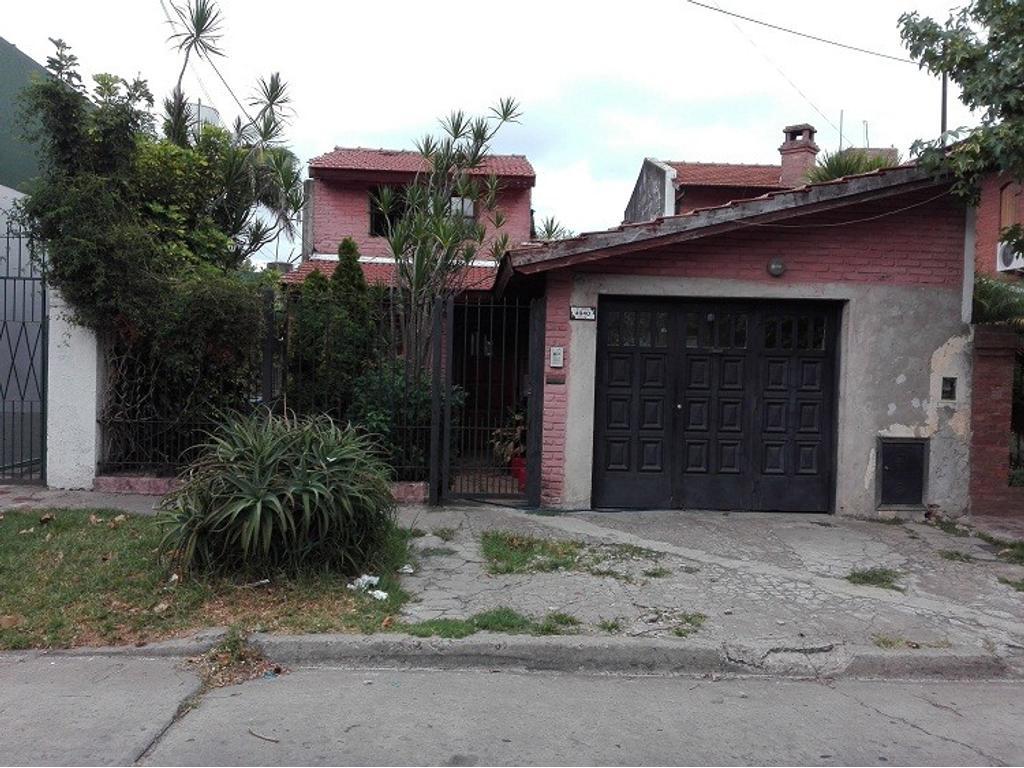 Casa 4 ambientes con jardín y garage