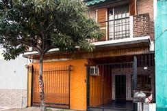 EXCELENTE CASA  6 AMBIENTES EN AVELLANEDA
