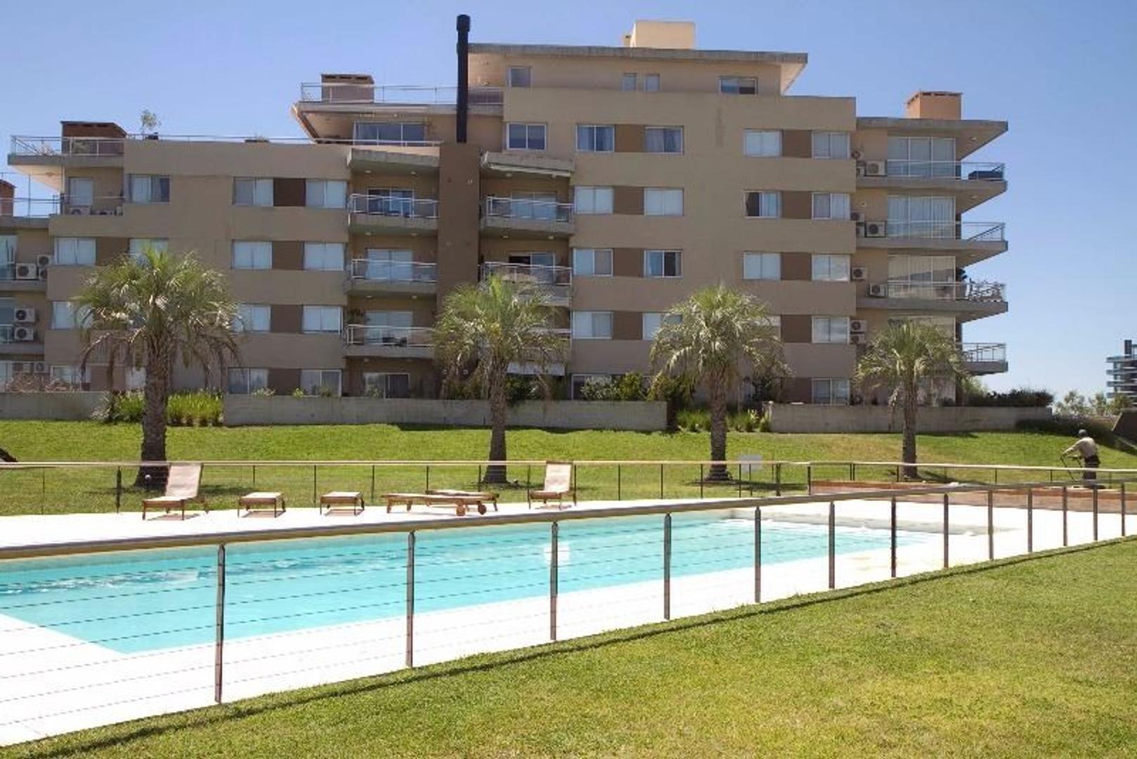 Excelente departamento de 2 ambientes con cochera fija, balcón con parrilla y vista a la bahía
