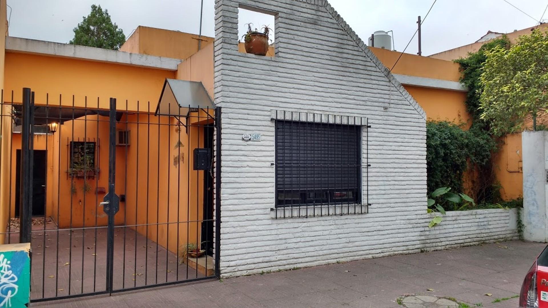 Importante casa de 3 ambientes con entrada de auto, jardín y quincho