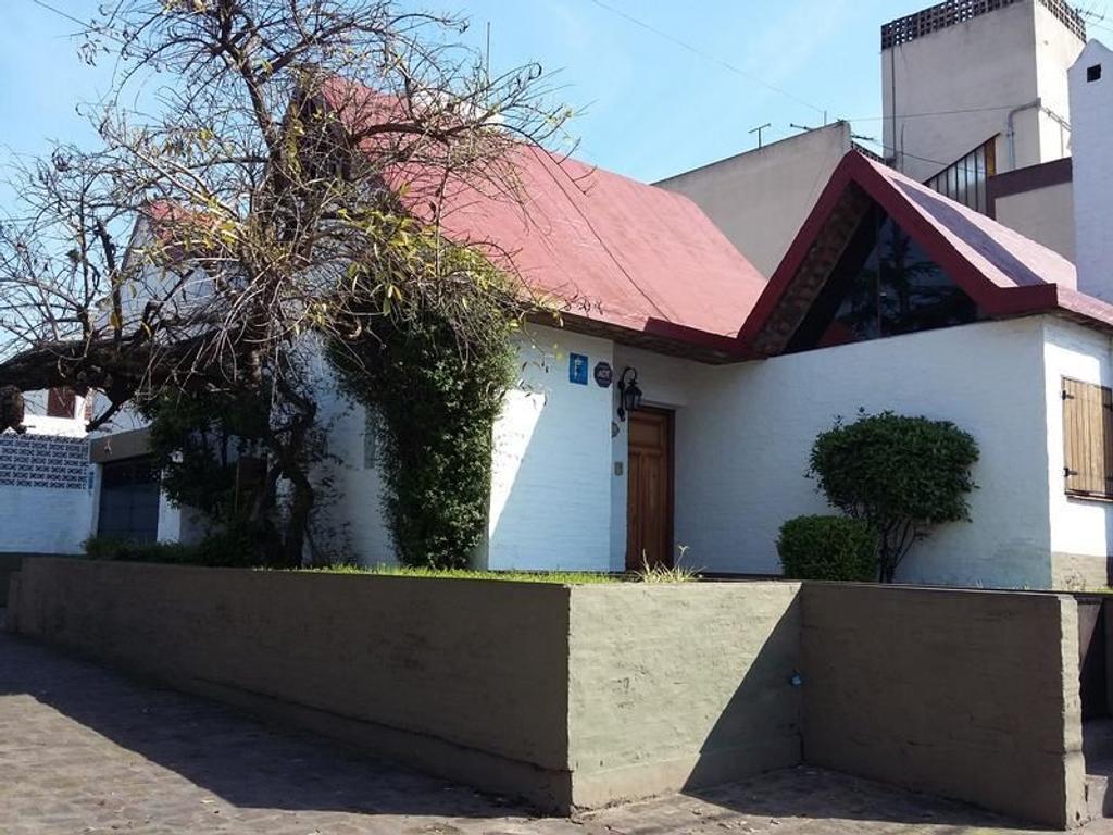 Excelente casa estilo mediterráneo, muy buena ubicación.