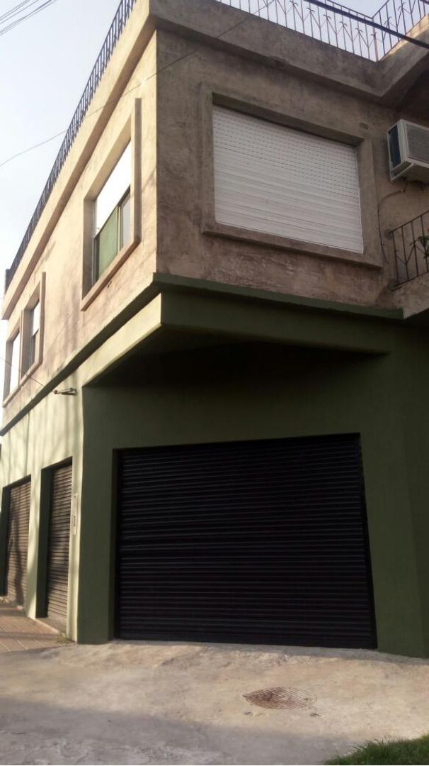 Casa amplia con locales en Planta Baja