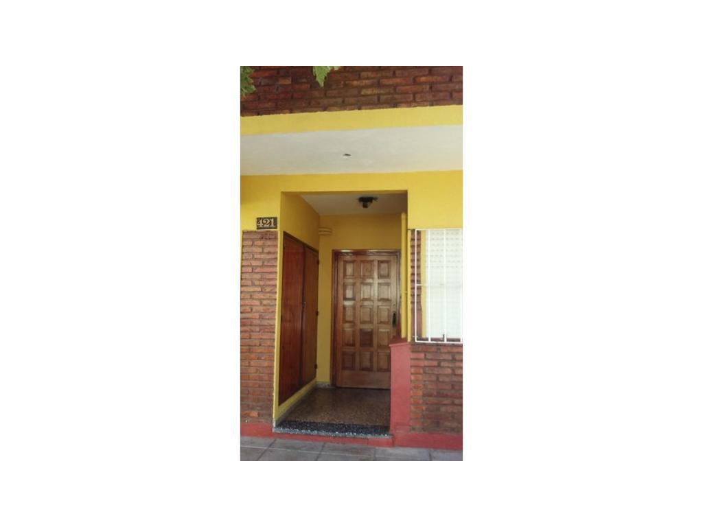 Dpto 2 ambientes,1er piso por escalera, balcon c/frente, con todos los servicios a 4 cuadras playa.
