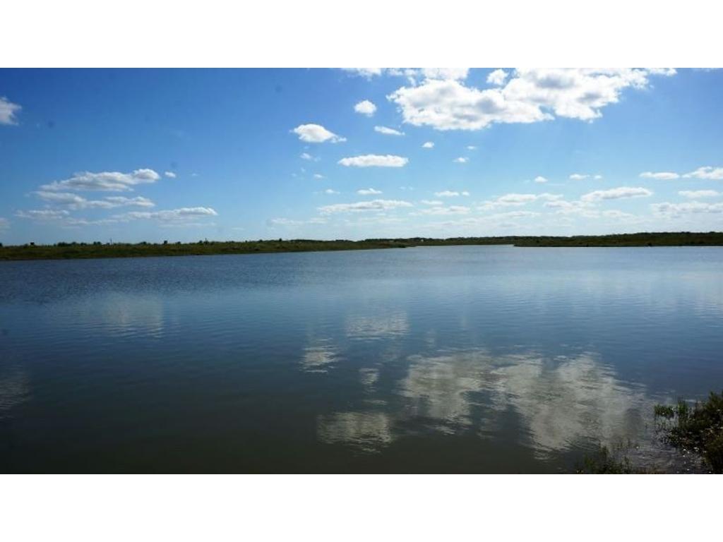 Espectacular lote de 1700m2 sobre gran espejo de agua.