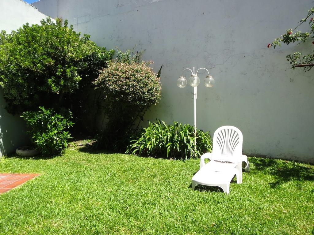 Casa sobre lote propio + jardín + parrilla.