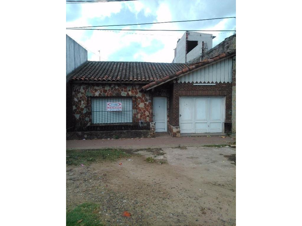 Casa en Avenida 2 e/ 29 y 31, frente a Gendarmeria Nacional ideal renta.