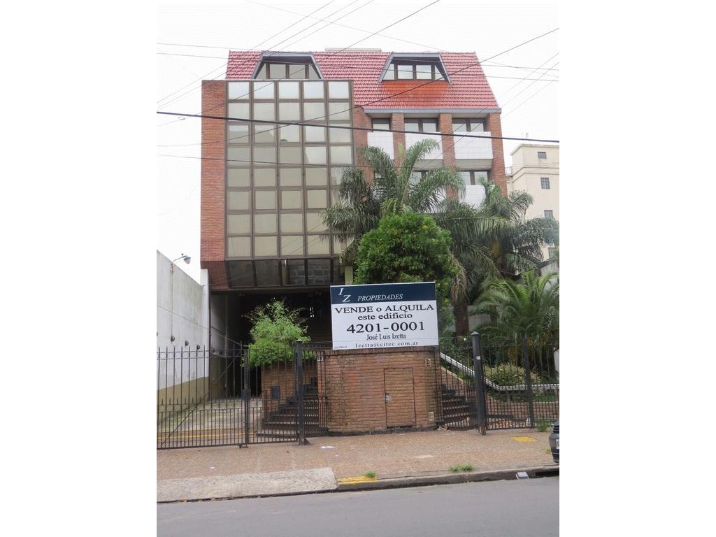 Edificio con oficinas y cocheras