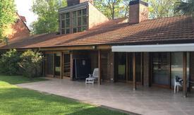 Excelente casa, solida y de buena calidad, con mucha luz y sol.