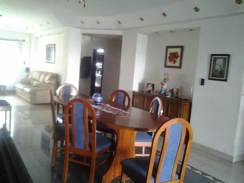 Excelente casa de 5 amb con playroom, dependencia, jardìn y piscina