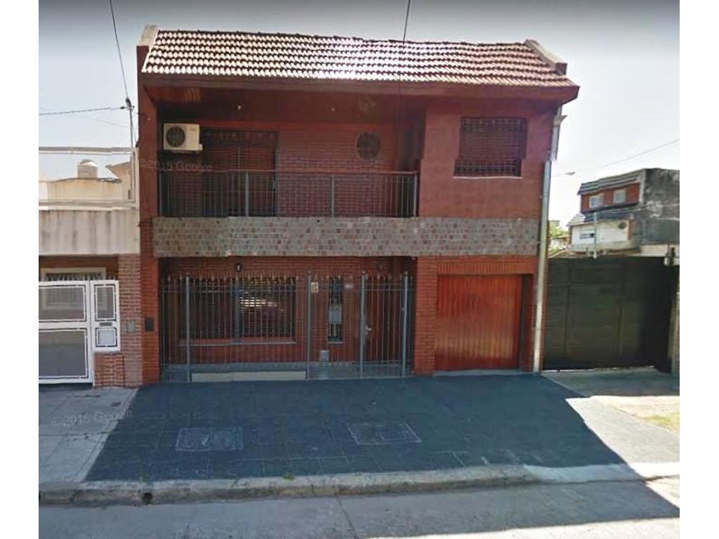 EXCELENTE CASA 4 AMB. CON 2 BAÑOS UNO EN SUITE, FONDO LIBRE, QUINCHO Y COCHERA PARA 2 AUTOS.