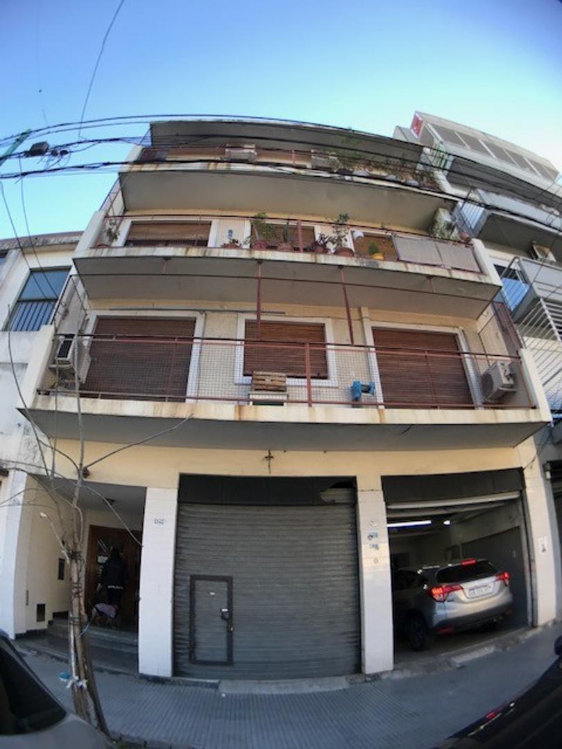 Departamento 4 Ambientes  al frente con Balcón - en Venta Paternal - x escalera