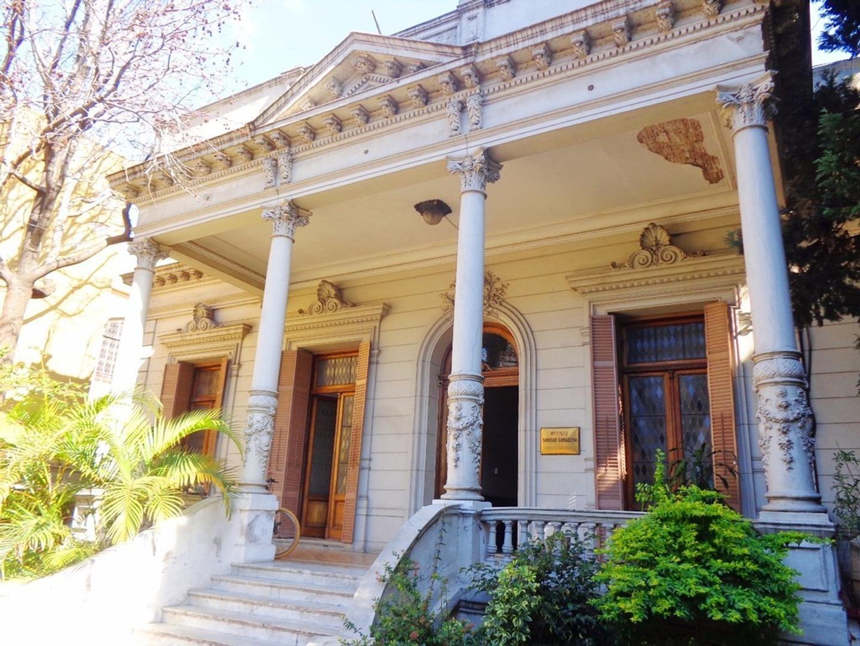 Casa de 2500 m2, ideal para uso comercial.