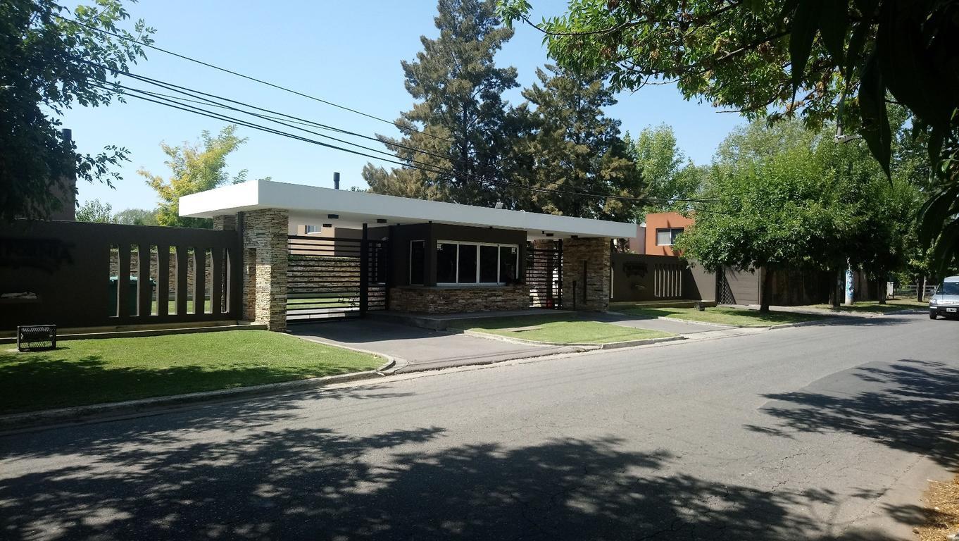 Moderna casa en venta en Barrio cerrado California Village, superficie total 330 m2.