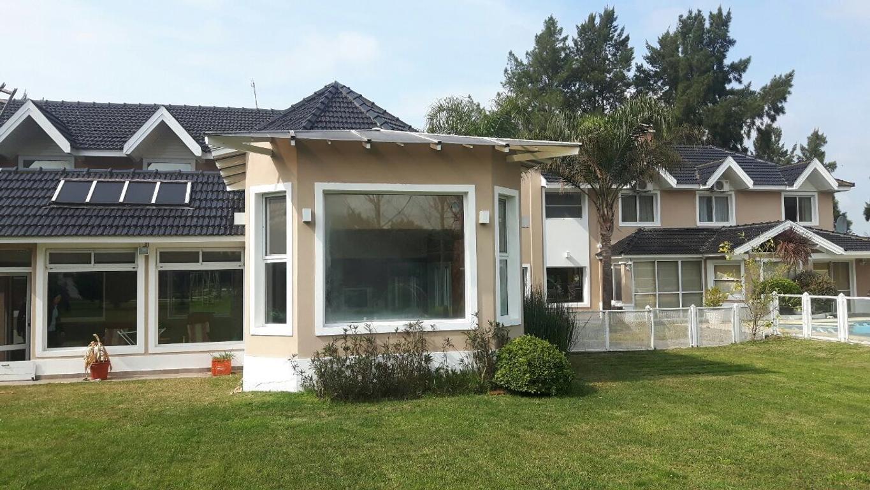 Gran casa en venta cochera para 4 autos, piscina.