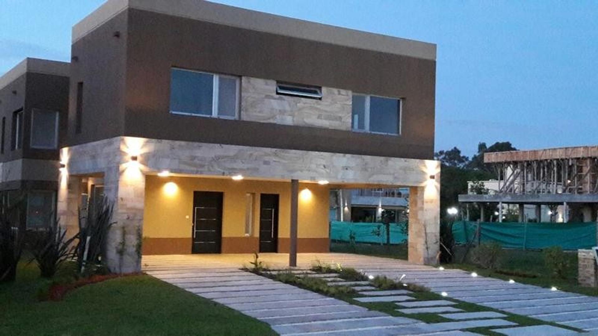 Casa en Venta en Adrogue - 6 ambientes