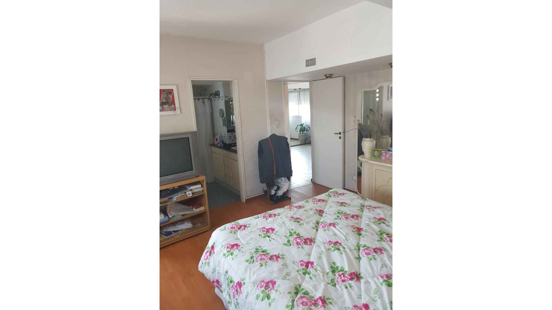 Santo Tome al 4300 - Piso de 5 dormitorios  de 160 m2  con cochera + family room