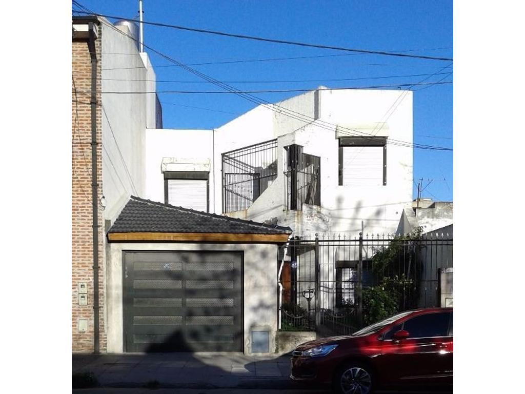 Casa 4 amb. fondo con pileta, reciclada a nueva