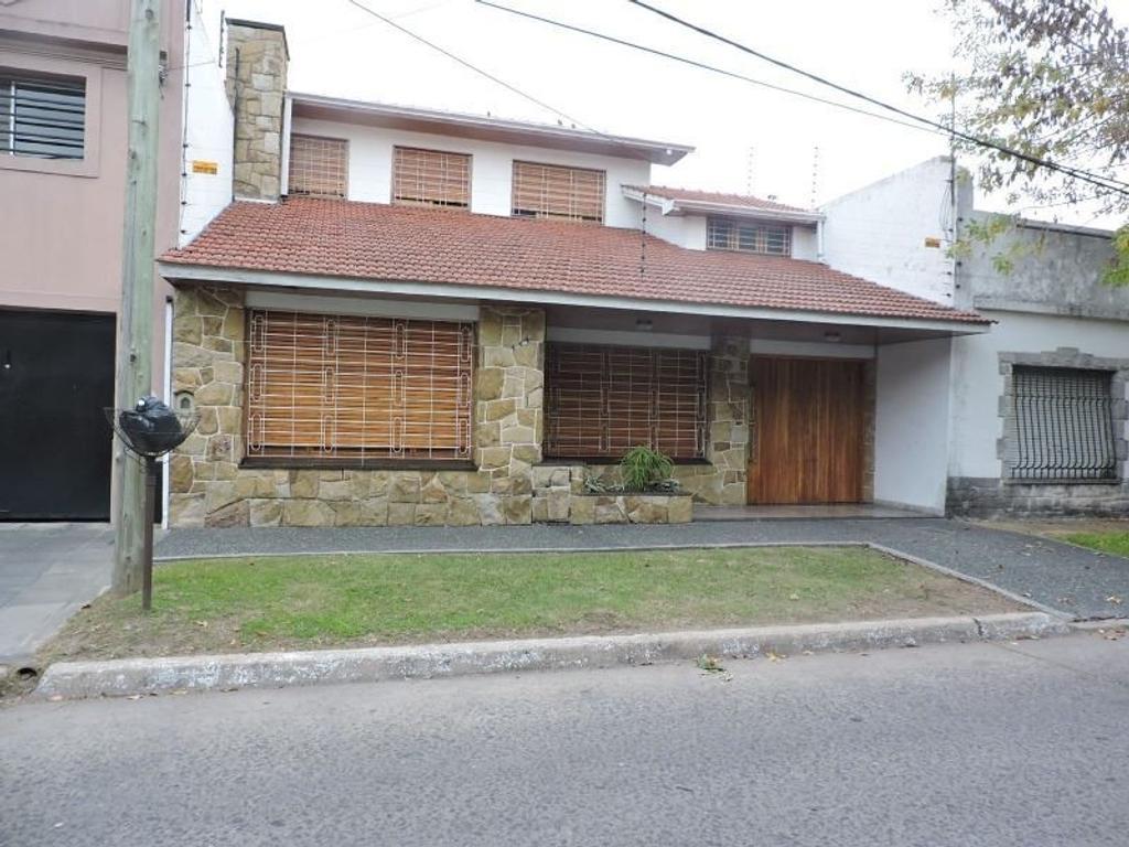 Bernal Centro, importante propiedad con salida a dos calles.