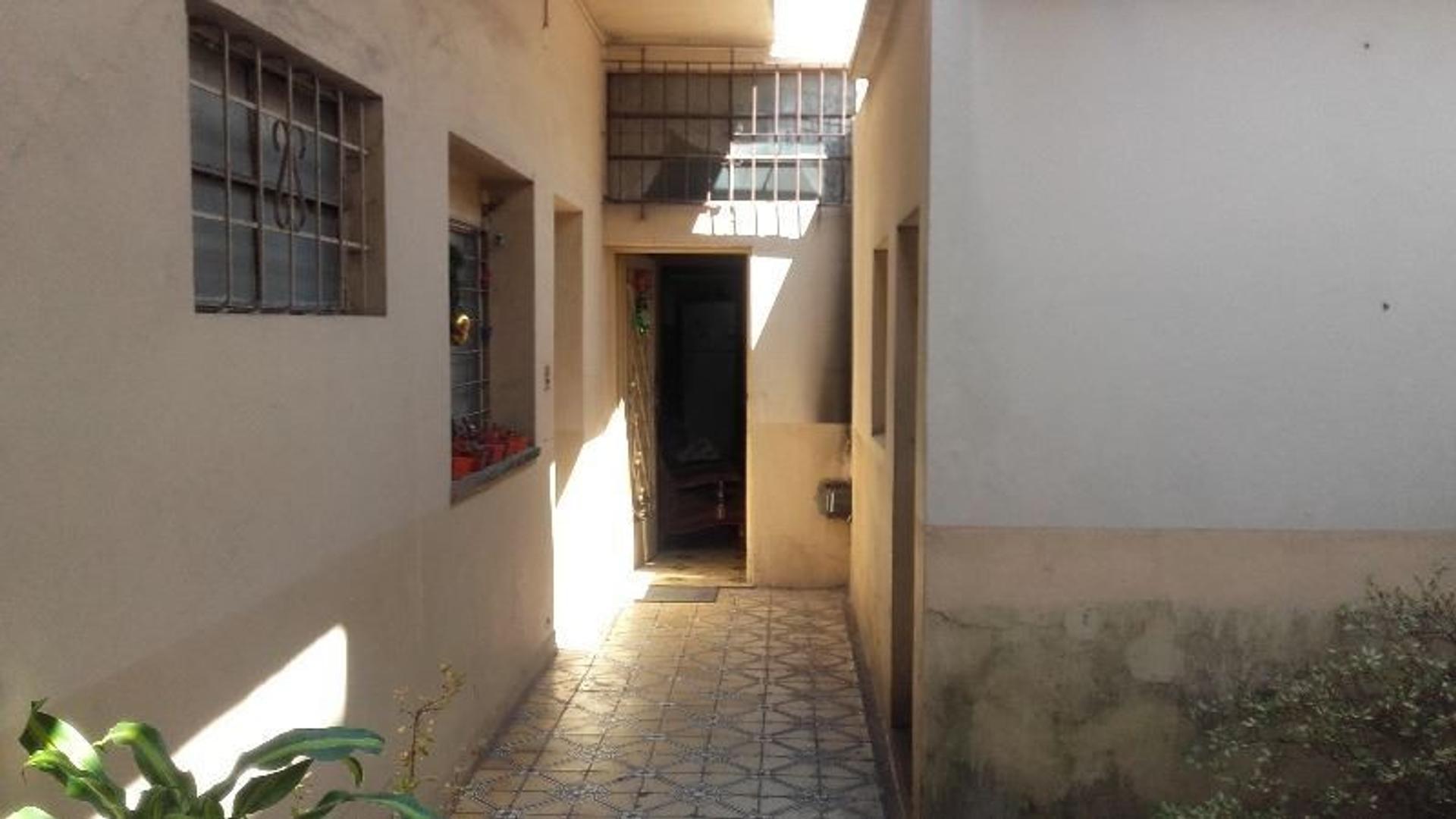 Casa de 6 ambientes con garage y otro departamento  de 2 ambientes