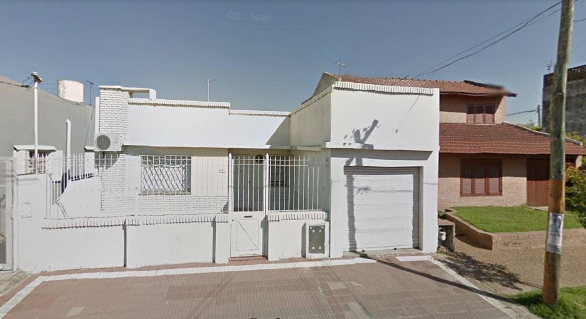 VENTA CASA 3 AMB. CON GARAGE Y FONDO C/QUINCHO