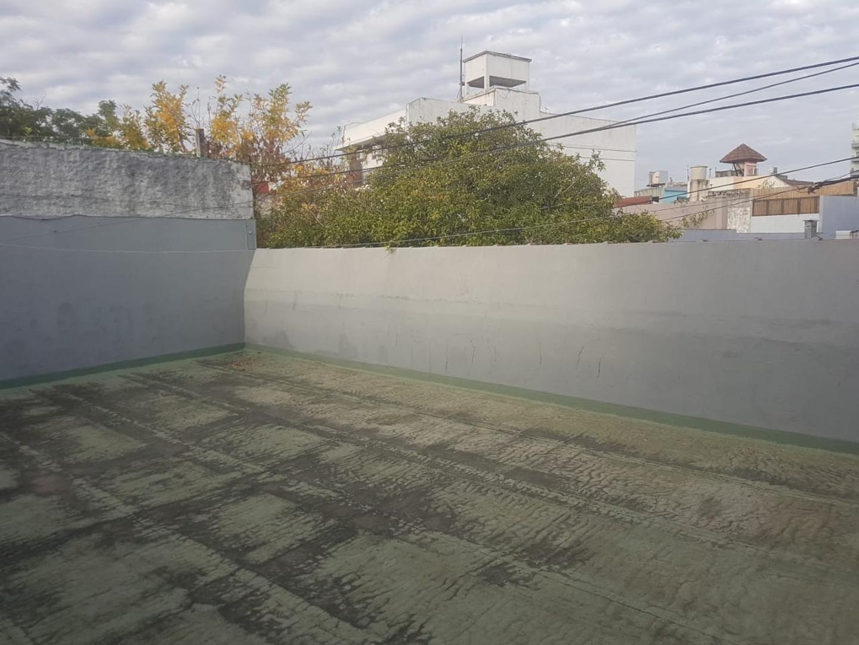T/ casa 3 ambientes al frente, entrada indep, mas habit en altos, patio con parrilla y gran terraza - Foto 24