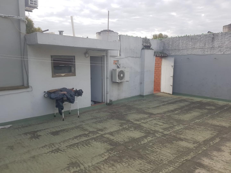 T/ casa 3 ambientes al frente, entrada indep, mas habit en altos, patio con parrilla y gran terraza - Foto 21