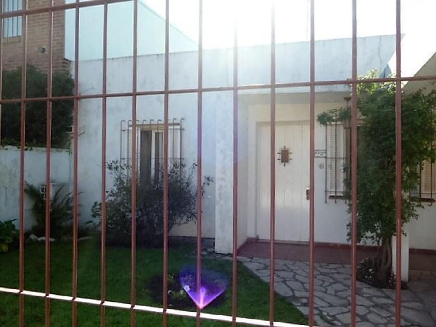 Casa al frente y otra interna única sobre lote de 8,66 m x 43,30m con posibilidad de subdivision.